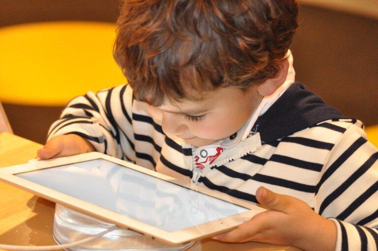 W jakich warunkach posadzić dziecko przed komputerem?
