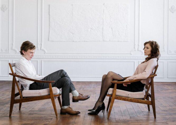 małżeństwo siedzące na wprost siebie